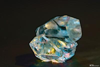 Diamant på svart bakgrunn. Foto.